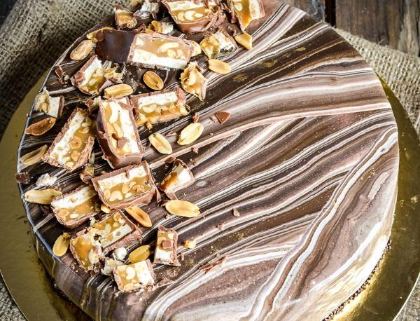 Как украсить торт Сникерс. Декор, фото